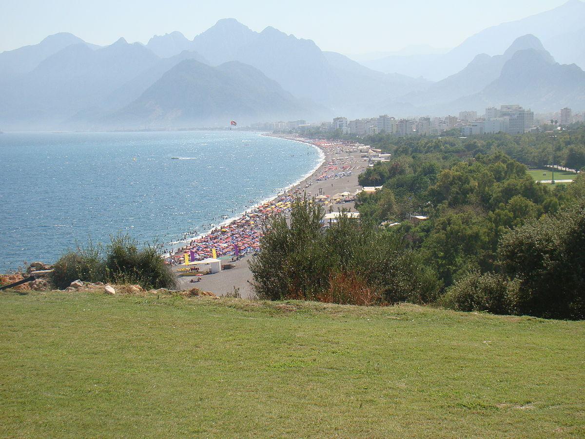 Пляж Коньяалты - один из двух главных пляжей Анталии