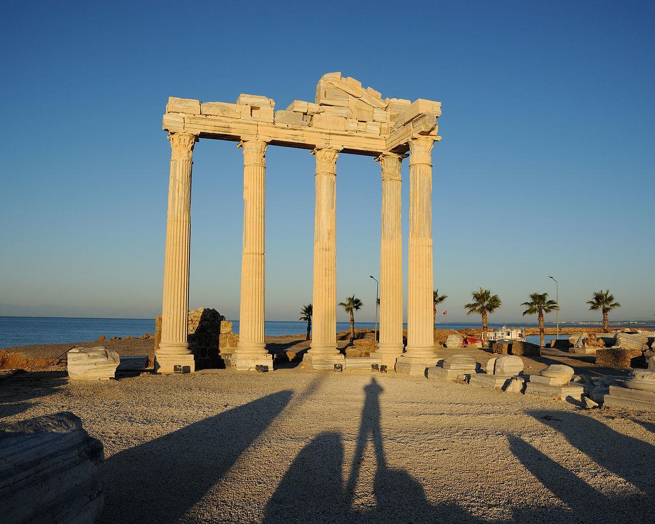 На фото Храм Аполлона
