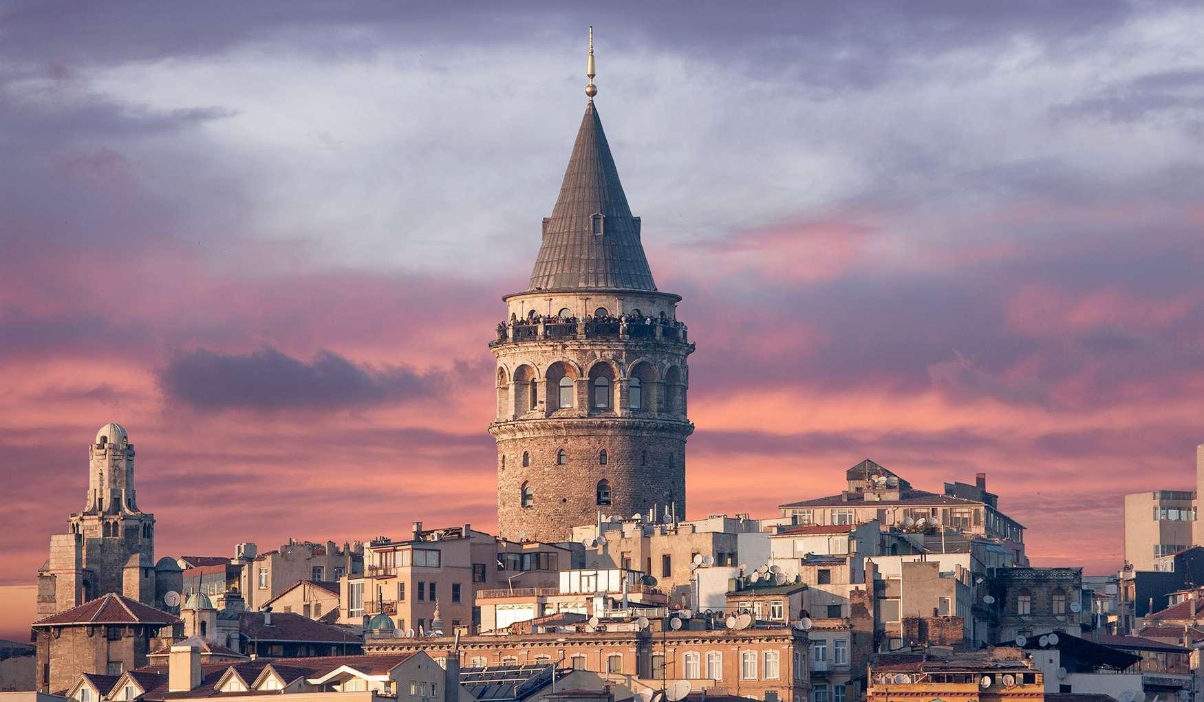 Галатская башня - это Генуэзская башня, возведенная в XIV веке