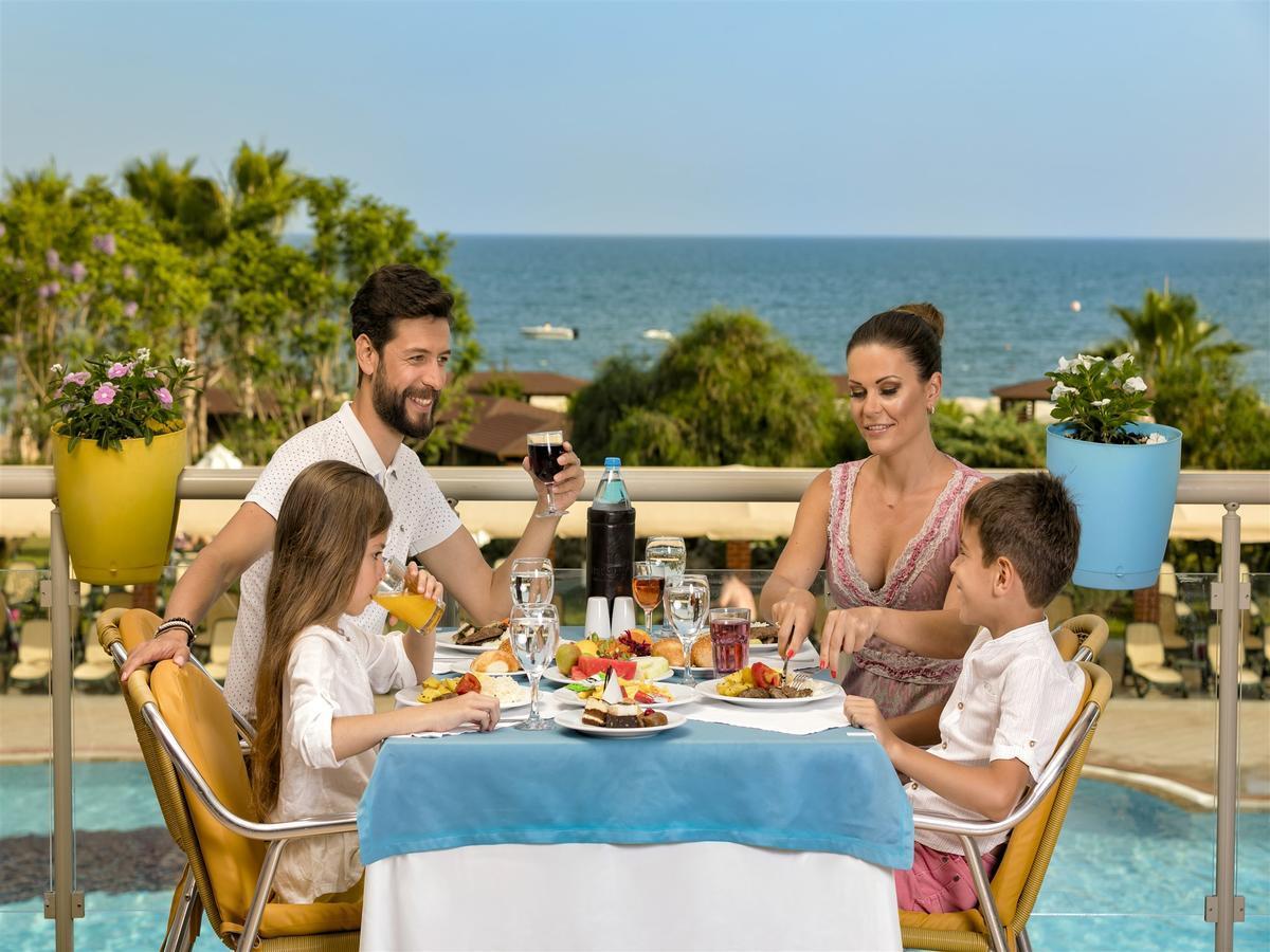 Фото семьи за завтраком