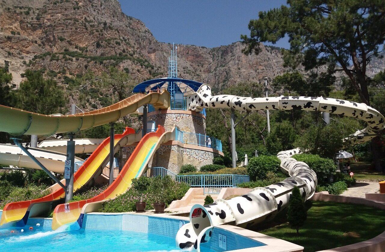 Фото бассейна с аквапарком